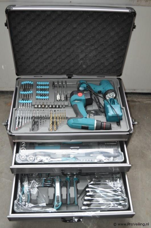 Veiling van diverse gereedschappen & vloercoating te Marum