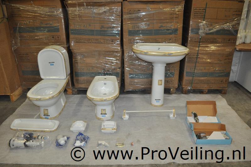 Veiling van diverse complete luxe badkamersets te Harkema