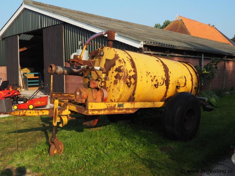 Veiling van diverse goederen te Haskerdijken met o.a. tractoren; auto's; antiek en curiosa etc.