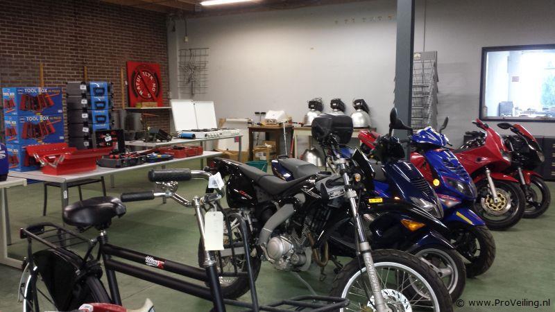 Veiling van diverse goederen te Marrum (FR) met o.a. diverse gereedschappen; auto's; scooters etc.