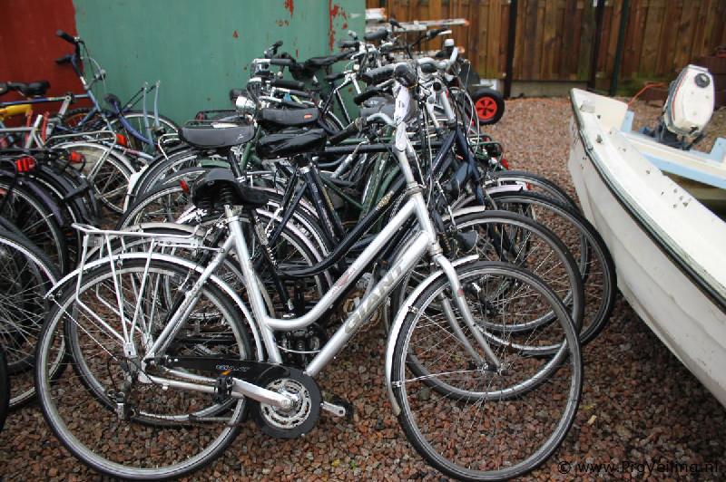 Veiling van een partij fietsen, auto's en generatoren te Leeuwarden