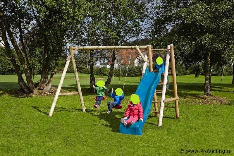 Veiling te Budel met diverse soorten buitenspeelgoed o.a. schommels, speelhuisjes & glijbanen etc.