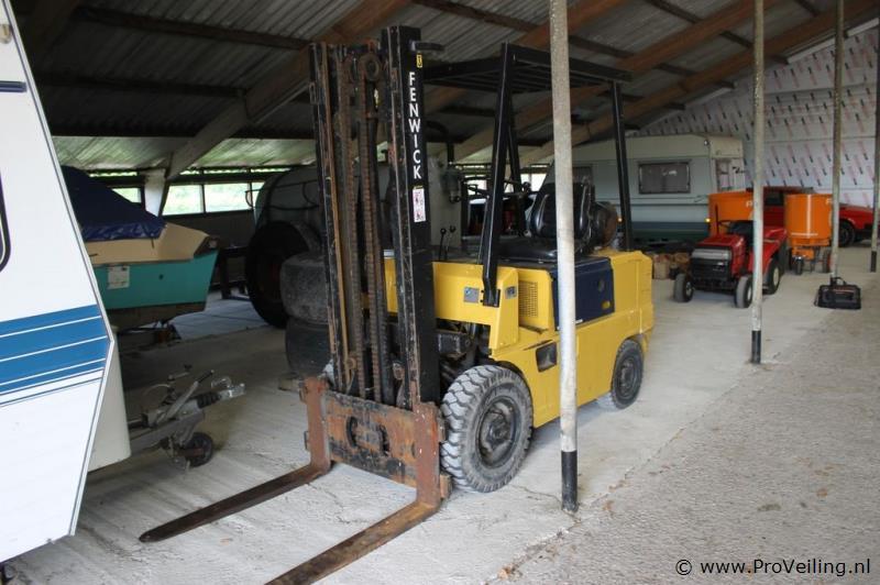 Veiling te Eastermar met verschillende mechanisatie met o.a. zaagselstrooiers,giertank & een Fenwick heftruck etc.
