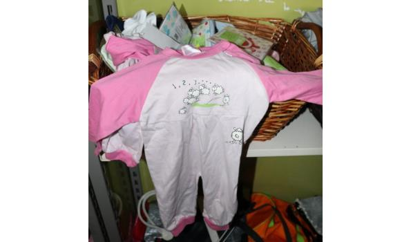 Inhoud stelling - diverse manden met o.a. kinderkleding