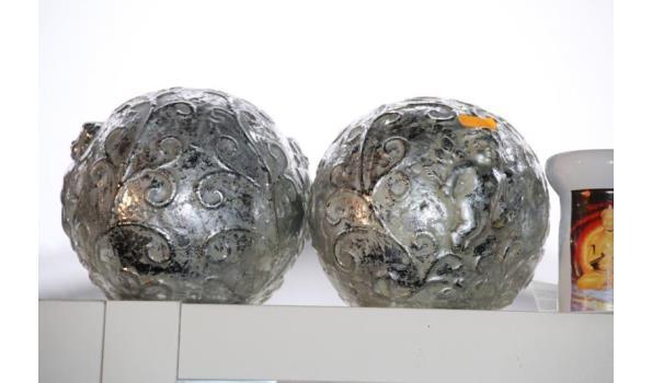 Diversen o.a. zilveren sierbollen  - 2 stuks