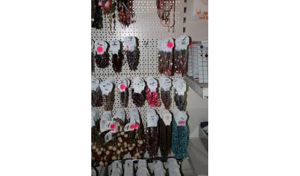 Diverse armbanden en halskettingen
