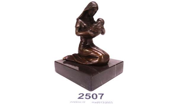 Bronzen moeder met kind op marmeren basement