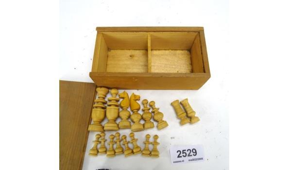 Houten schaakstukken in kist