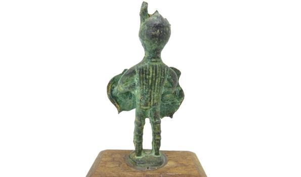 Bronzen beeld op houten basement