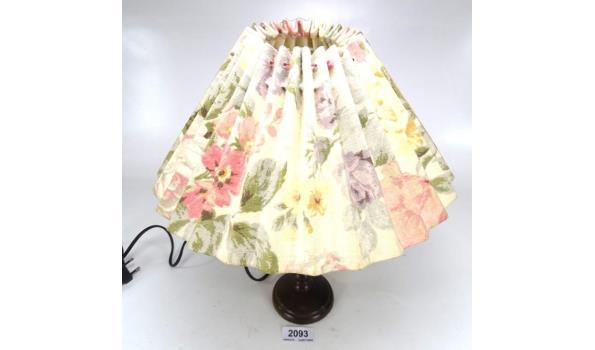 Tafellamp met stoffen kap op houten voet