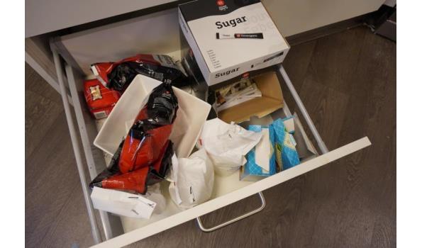 Inhoud van 2 laden o.a. snijplanken, Douwe Egberts koffie, melk & roerstaafjes