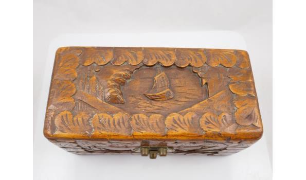 Gesneden cederhouten kist