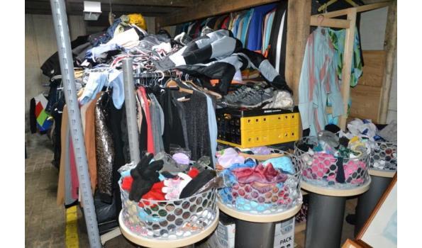Partij diverse kleding o.a. jassen, truien & sjaaltjes