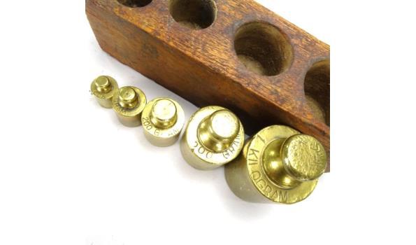 Houten blok met geijkte bronzen gewichten