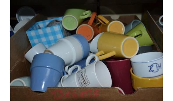 Partij koffiebekers in doos