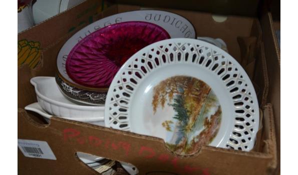 Partij huishoudelijke artikelen in doos o.a. borden, schalen & rieten mandjes