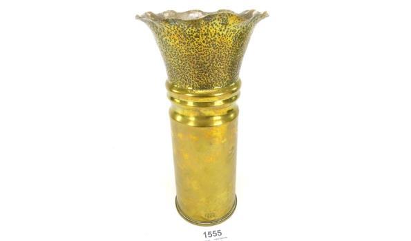 Van een granaathuls uit 1944 vervaardigde vaas