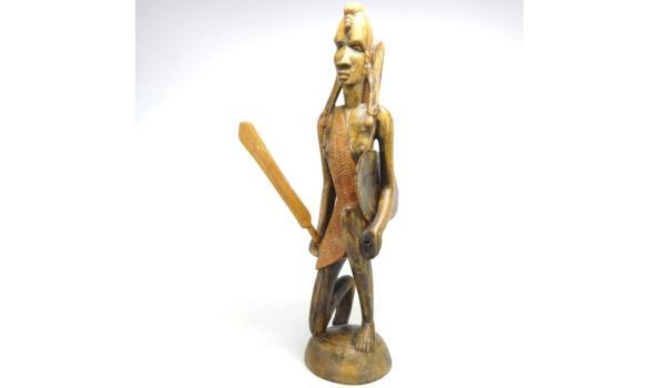 In hardhout gesneden Afrikaanse krijger