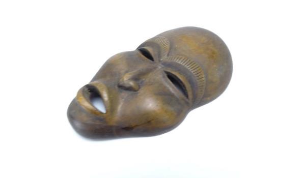 Zeer fijn in hardhout gesneden masker