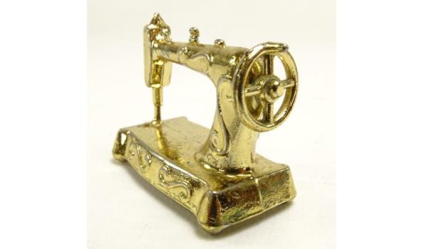 Miniatuur koperen naaimachine