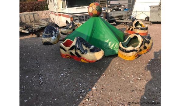 Kermisattractie/aanhangwagen met draaimolen