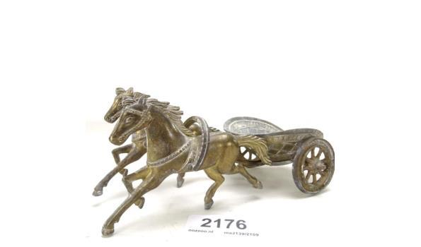 Zeer fraai gestileerde bronzen Romeinse strijdwagen met paardenspan