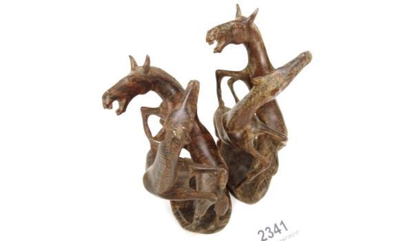 2 coromandelhouten beelden van steigerende paarden