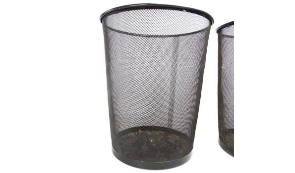 2 metalen prullenbakken