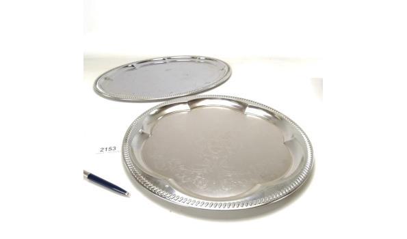 Een ovale en een ronde serveerschaal