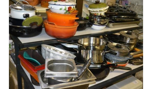 Partij huishoudelijke benodigdheden o.a. diverse pannen, bakblikken & vormen