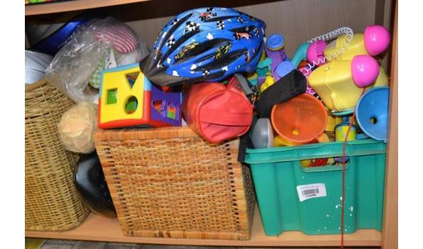 Partij speelgoed o.a. blokkendoos & fietshelmen