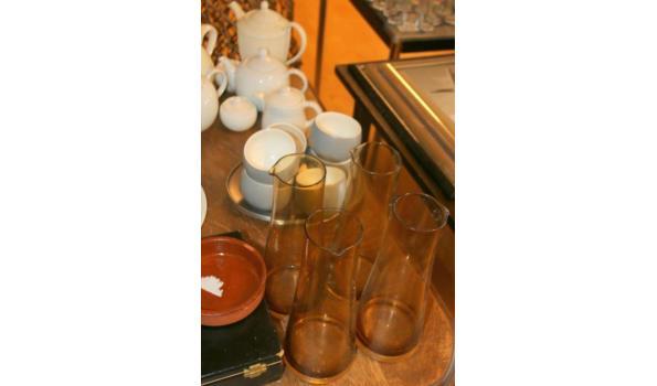Divers servies o.a. koffie en theekannen en karaffen