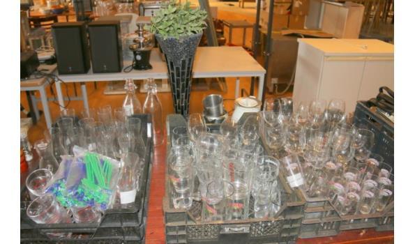 Grote partij glaswerk met o.a. bierglazen en karaffen