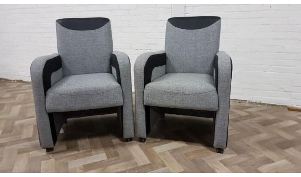 2 grijs stoffen stoelen met parket wieltjes