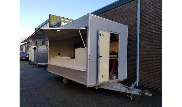 grote snackwagen / foodtruck met veel apparatuur