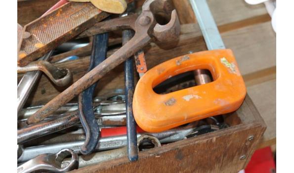 Divers gereedschap in houten bak