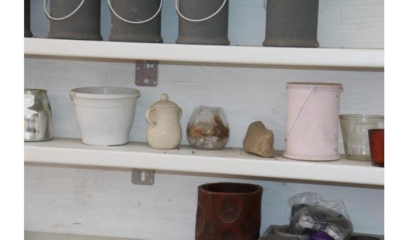 Diverse decoratie - o.a. bloempotten en vazen