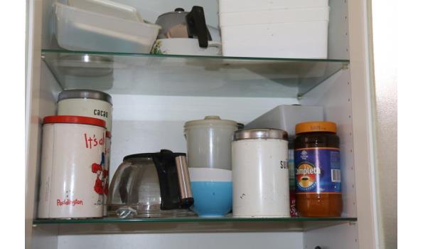 Inhoud keukenkasten o.a. glaswerk