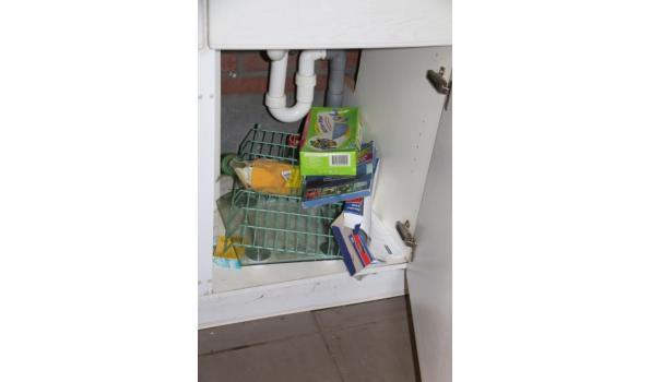 Inhoud keukenkasten met o.a. hand- en theedoeken en pannen