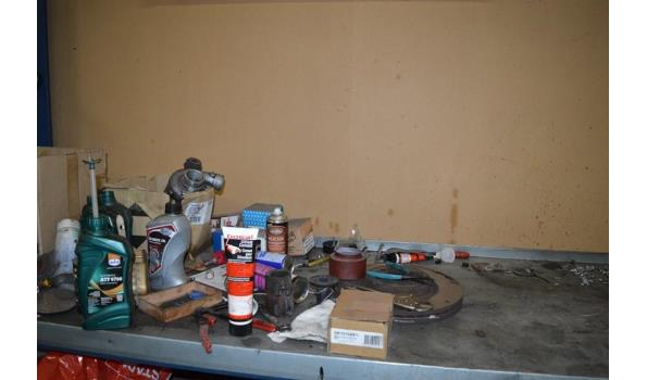 Diversen op werktafel o.a. boren, bouten, schroevendraaiers etc.