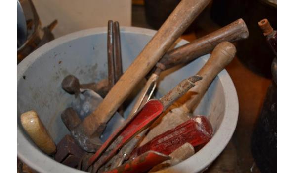Emmer met gereedschap o.a. hamer