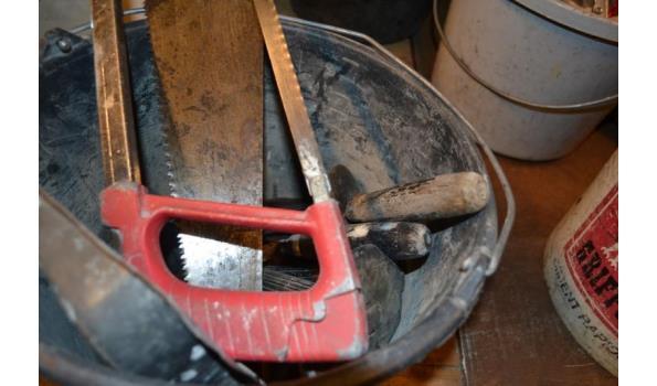 Emmer met gereedschap o.a. handzaag