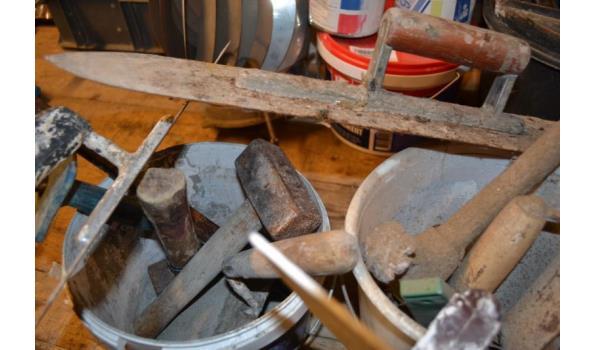 Emmer met divers gereedschap o.a. vuistje