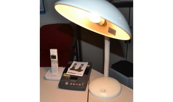 Telefoon en bureaulamp