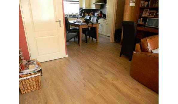 Laminaat vloer eiken design 61,35 m2, met ondervloer