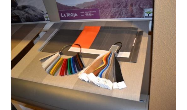 Presentatiemeubel incl. diverse stoffen samples - 400x57x112cm